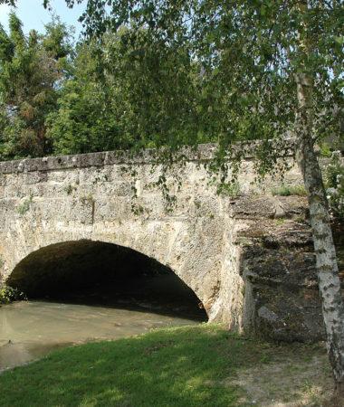 pont_en_pierre_au_dessus_de_la_livre_a_fontaine_sur_ay