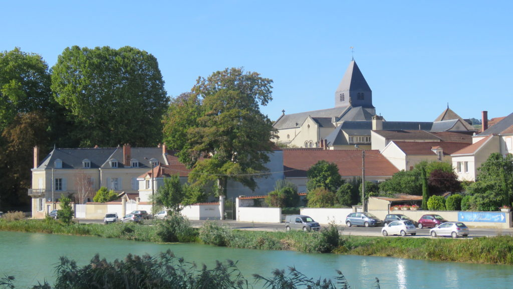 Mareuil-sur-Aÿ_et_son_miroir_d_eau